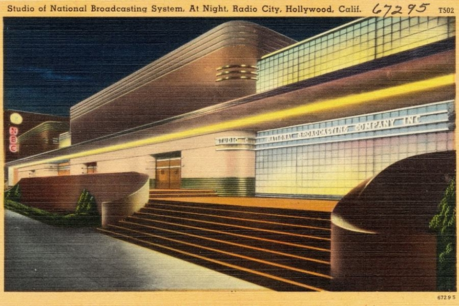 <p><strong>Figure 3.4</strong> An example of Streamline Moderne architecture from the 1930s, which often featured neon lighting. Source: <em>Wikipedia</em></p>